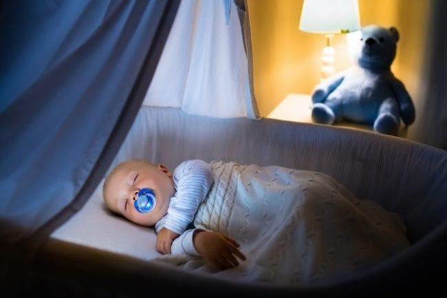 Ребенок спит ночью в своей кроватке