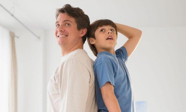 Отец и сын меряются ростом