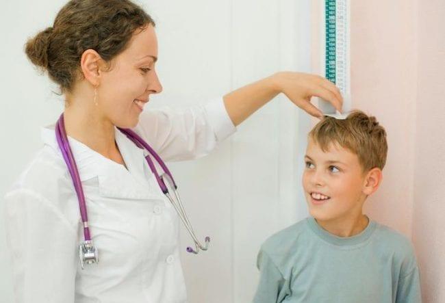 Медсестра измеряет рост ребенку