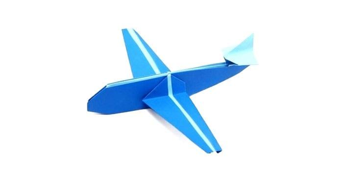 Сложенный из бумаги самолет