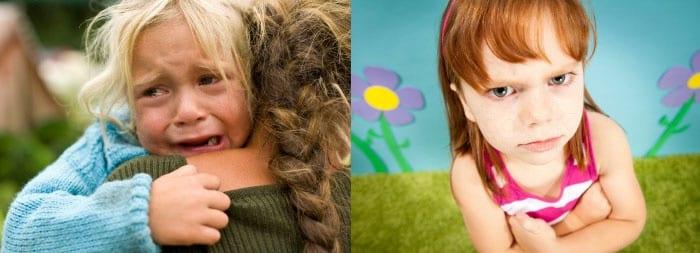 Плачущий ребенок на руках у матери и сердитая девочка