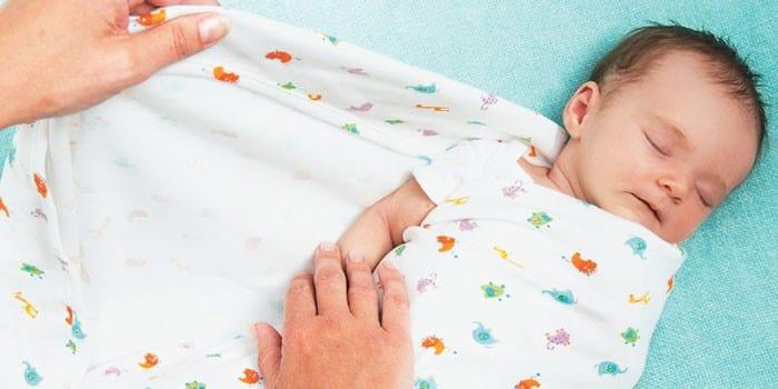 Новорожденного ребенка пеленают