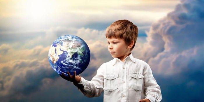 Мальчик держит планету в руке