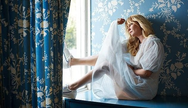 Кирстен Данст у окна