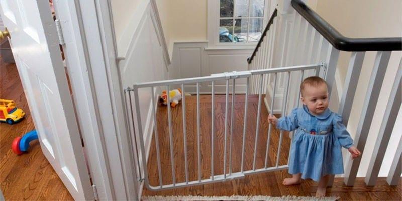 Девочками перед воротами на лестнице