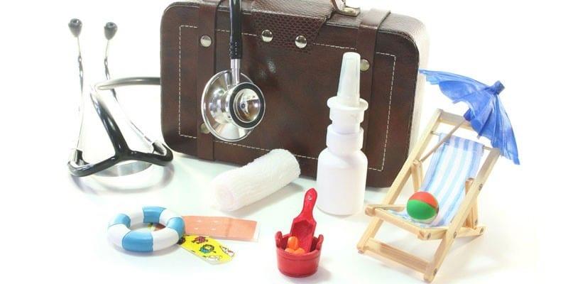 Аптечка, стетоскоп и шезлонг