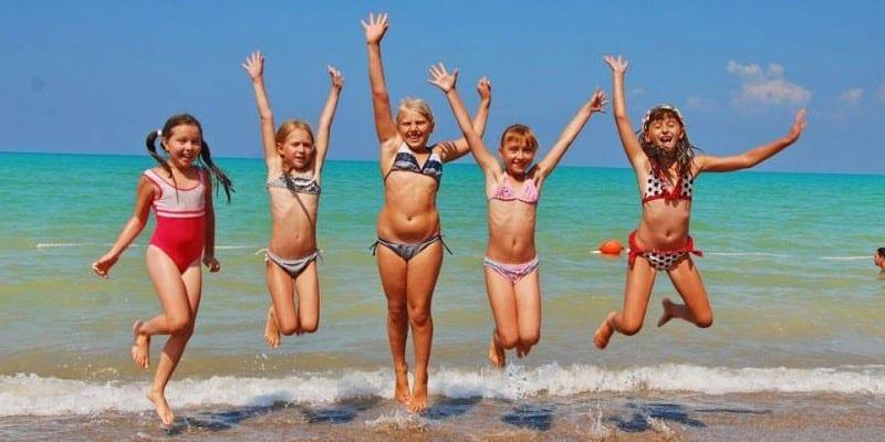 Дети на морском побережье