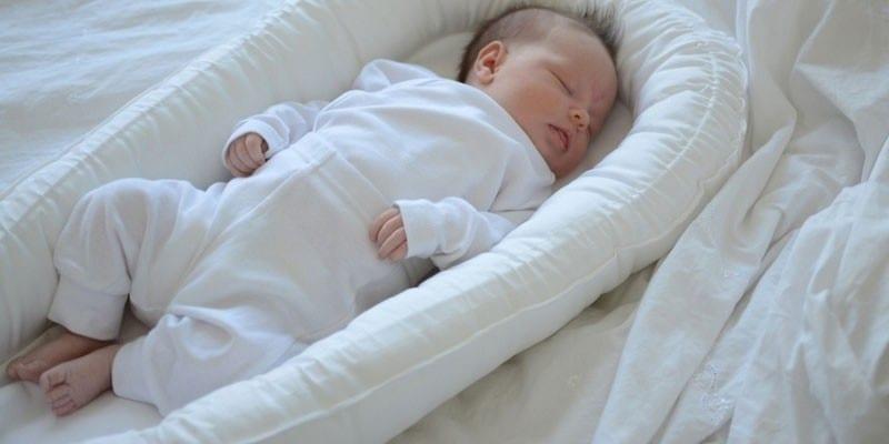 Ребенок спит в гнезде