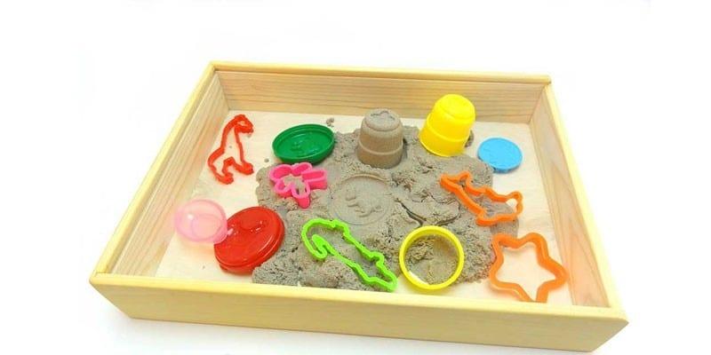 Деревянная песочница и формочки