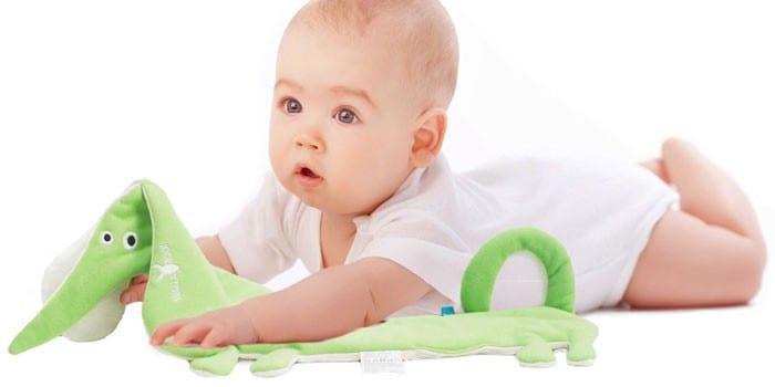Новорожденный ребенок с игрушкой