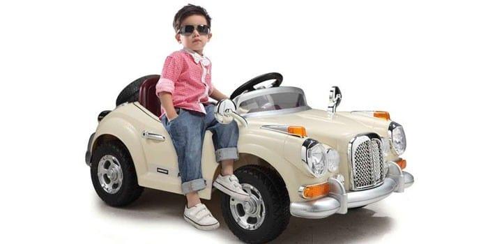 Мальчик и ретро-электромобиль