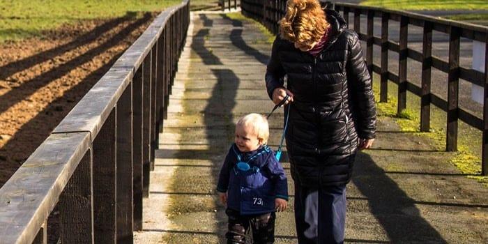 Женщина с ребенком на прогулке