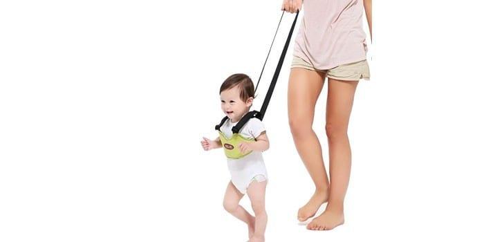 Ребенок в ходунках