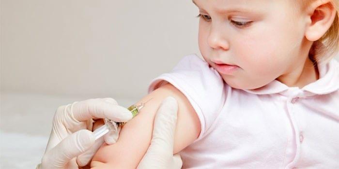 Ребенку делаю прививку
