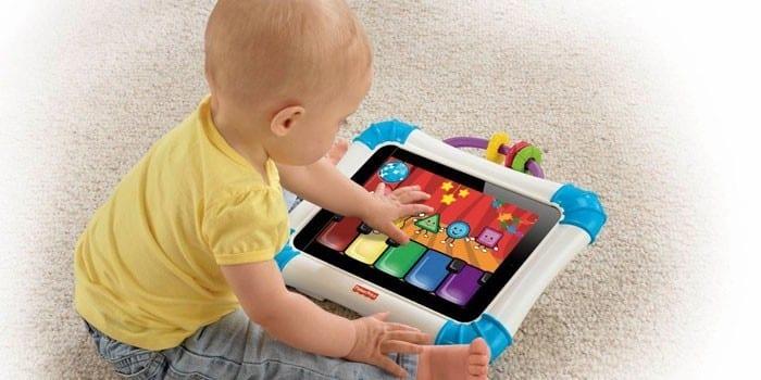 Малыш играет с сенсорным планшетом