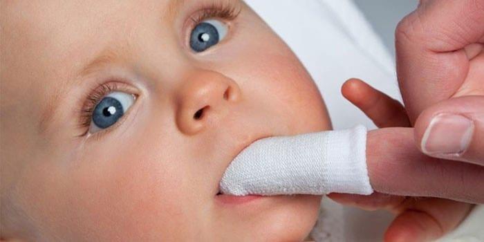 Применение салфетки-напальчника для гигиены полости рта