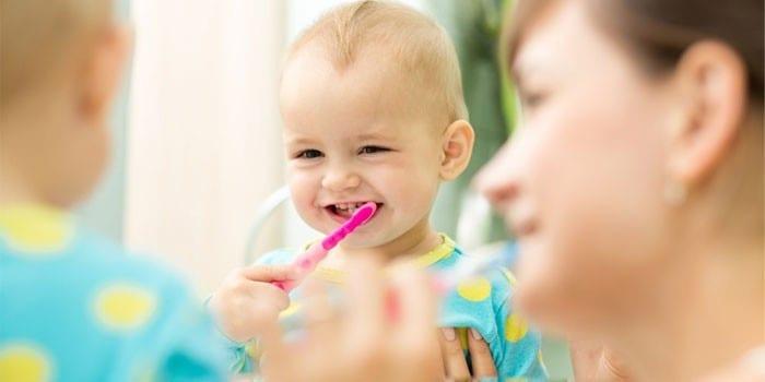 Малыш самостоятельно чистит зубки