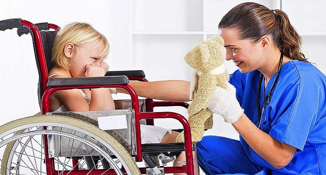 Соцработник и ребенок на коляске