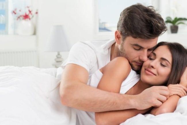 Муж и жена в спальне