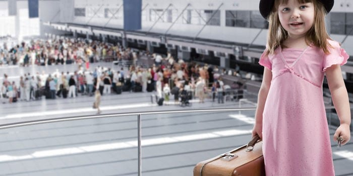 Девочка с чемоданом в аэропорту