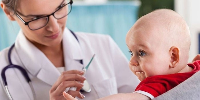 Грудной ребенок и врач