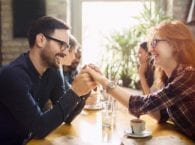 10 невербальных признаков, которые откроют все мысли партнера