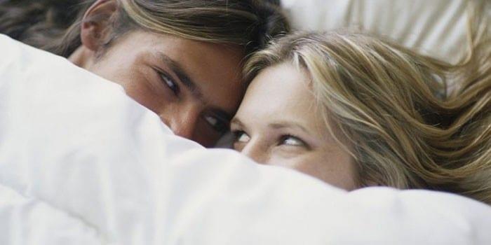 Мужчина и женщина под одеалом