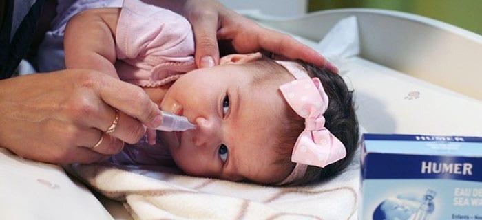 Малышке промывают нос