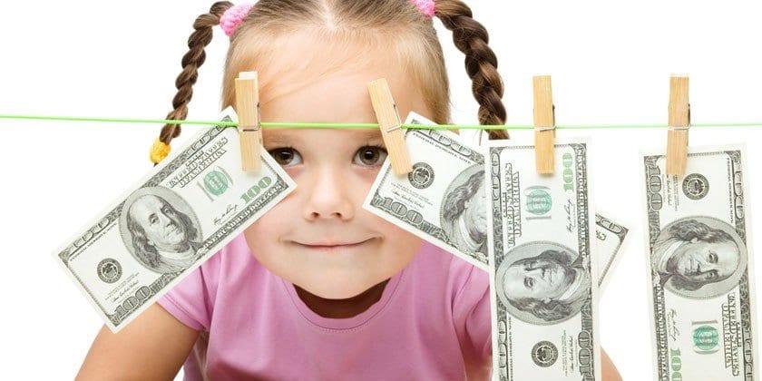 Девочка и денежные купюры на веревке
