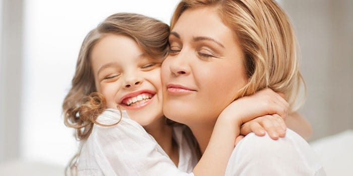 Мама и дочка обнимаются