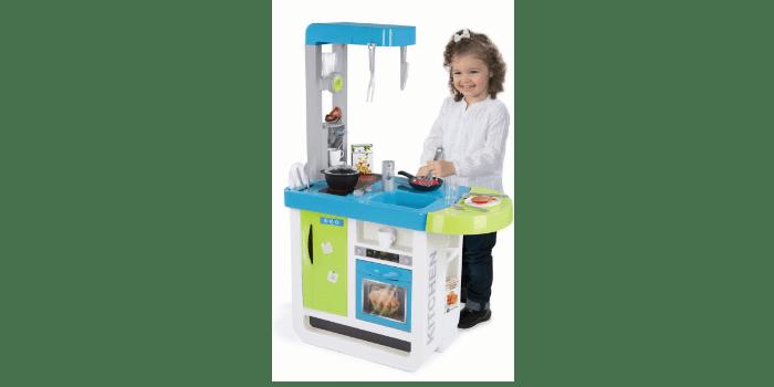 Девочка играет у кухонного гарнитура Smoby Cherry 310900