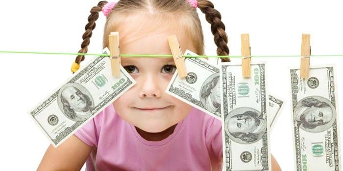 Девочка и деньги на веревке