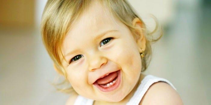Годовалая девочка улыбается