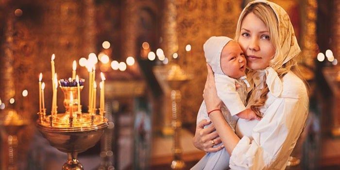 Женщина с грудным ребенком в церкве