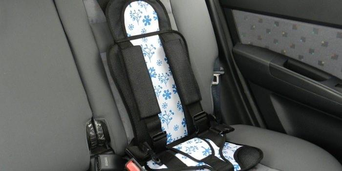 Бескаркасное автокресло для ребенка в автомобиле