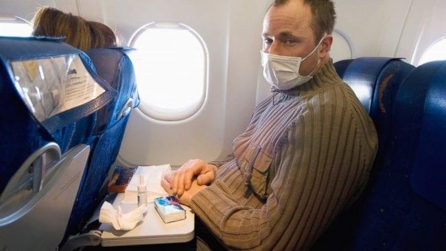 Простуженный мужчина в самолете