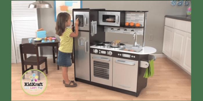 Девочка возле игрушечного кухонного гарнитура Эспрессо KidKraft