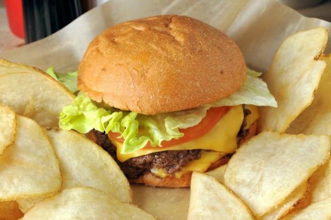 Гамбургер с чипсами