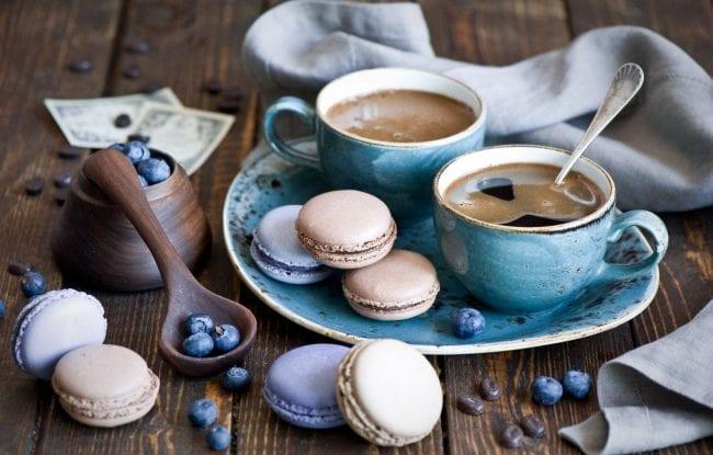 Кофе, черника и макарунсы