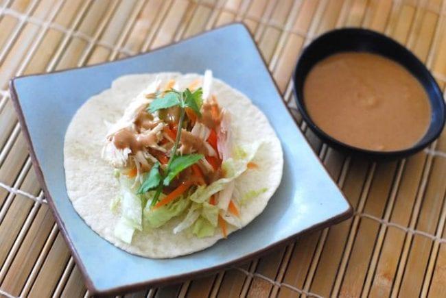 Соус Сирача с арахисовой пастой и лепешка с курицей и овощами