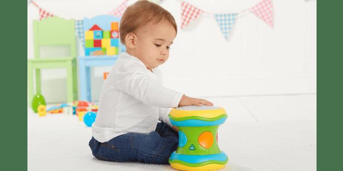 Мальчик играет с барабаном