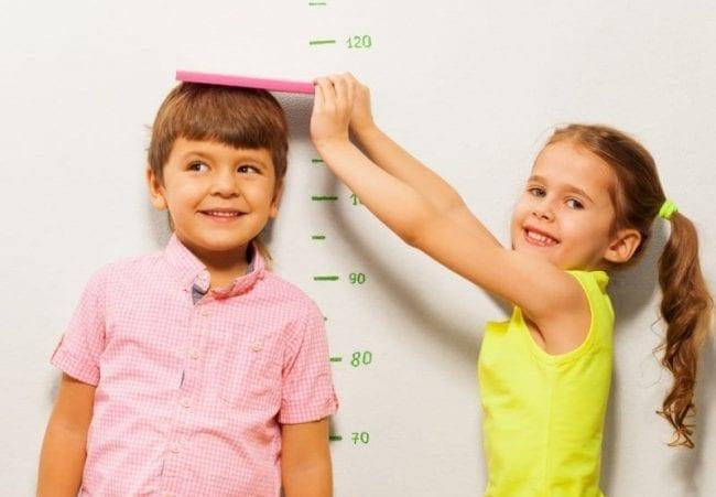 Дети измеряют рост