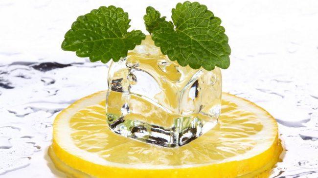 Лимон и кубик льда