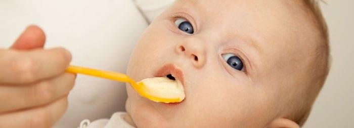 Ребенок есть с ложечки