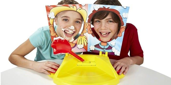 Дети играют в игру Пирог в лицо