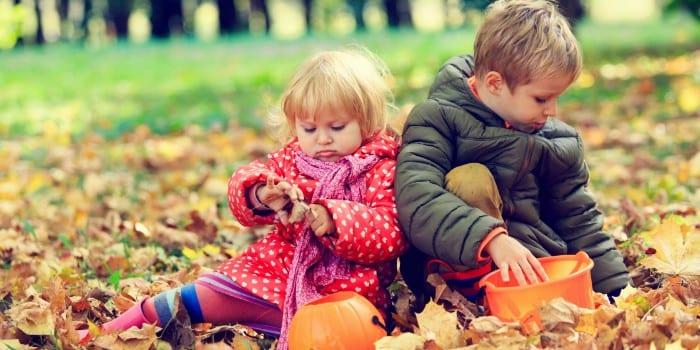 Мальчик и девочка в осеннем лесу