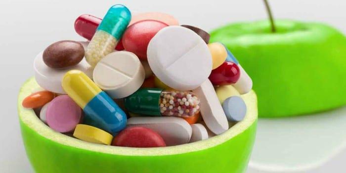 Таблетки и капсулы в яблоке