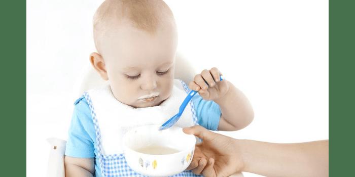 Малыш ест сам кашу ложкой