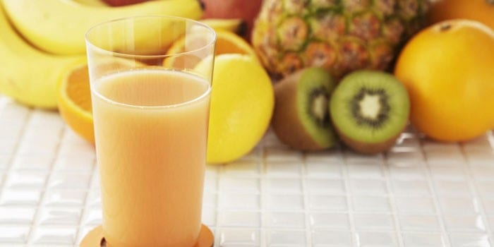 Фруктовый сок в стакане