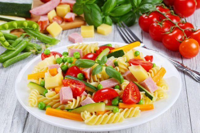 Салат из пасты с овощами и сырным соусом